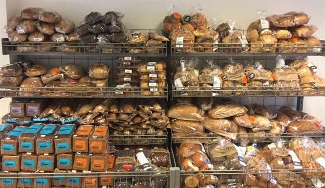 Wefood超市販賣的食物皆經過志工揀選。(圖/臉書專頁:@WefoodOverskudsmad)