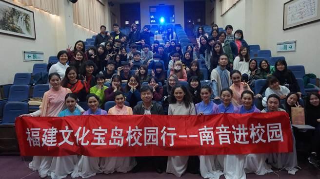 「廈門市南樂團」抵達德明科大,受到學生熱烈迴響。(圖/楊宜臻攝)