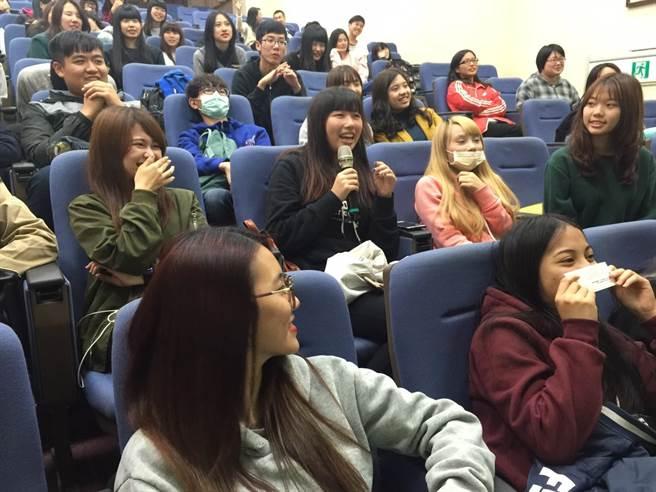 同學們積極參與有獎徵答,為活動增添青春的活力。(圖/楊宜臻攝)