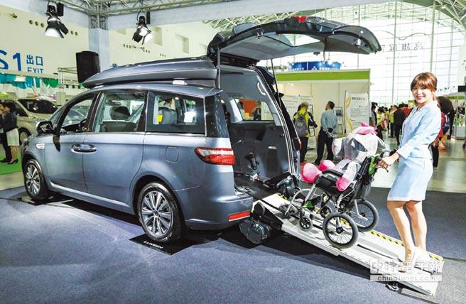 LUXGEN獲邀參展「2016 ECA亞洲樂齡智慧生活展」現場展出V7 TURBO ECO HYPER高頂多功能休旅車,讓需求者的移動生活不再受限。圖/陳慶琪