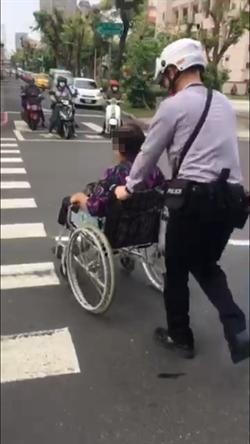 警助輪椅老嫗過馬路 被讚菩薩在世