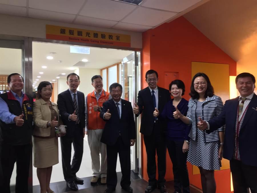 台灣觀光學院銀髮體驗教室今天啟用。(張祈攝)