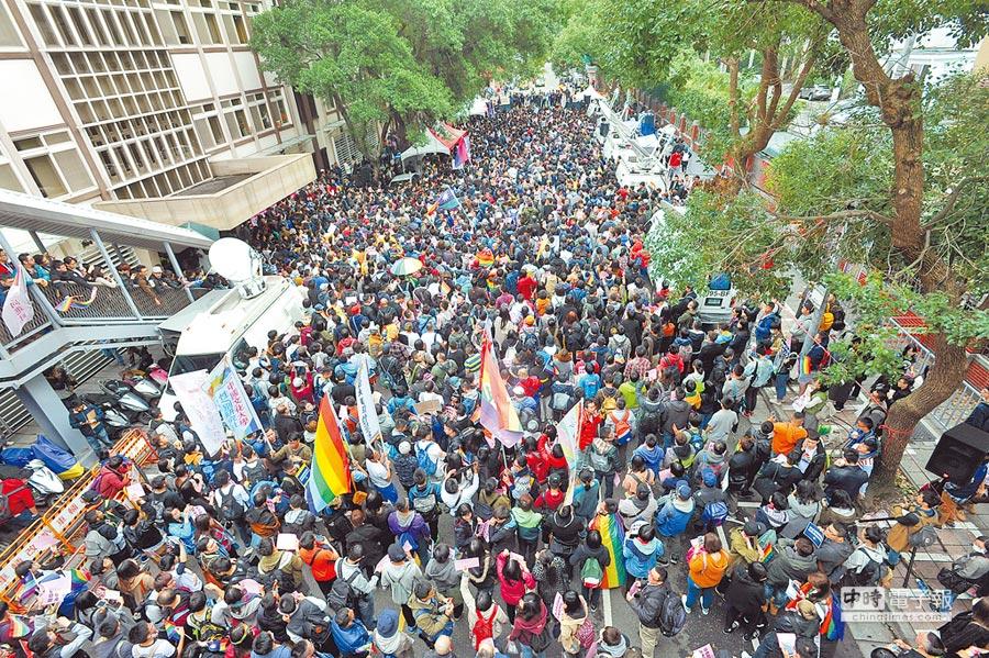 立法院28日舉行「同性婚姻法制化」公聽會,同運團體一早就聚集在青島東路上,舉著標語,力爭婚姻平權,場面壯觀。(劉宗龍攝)