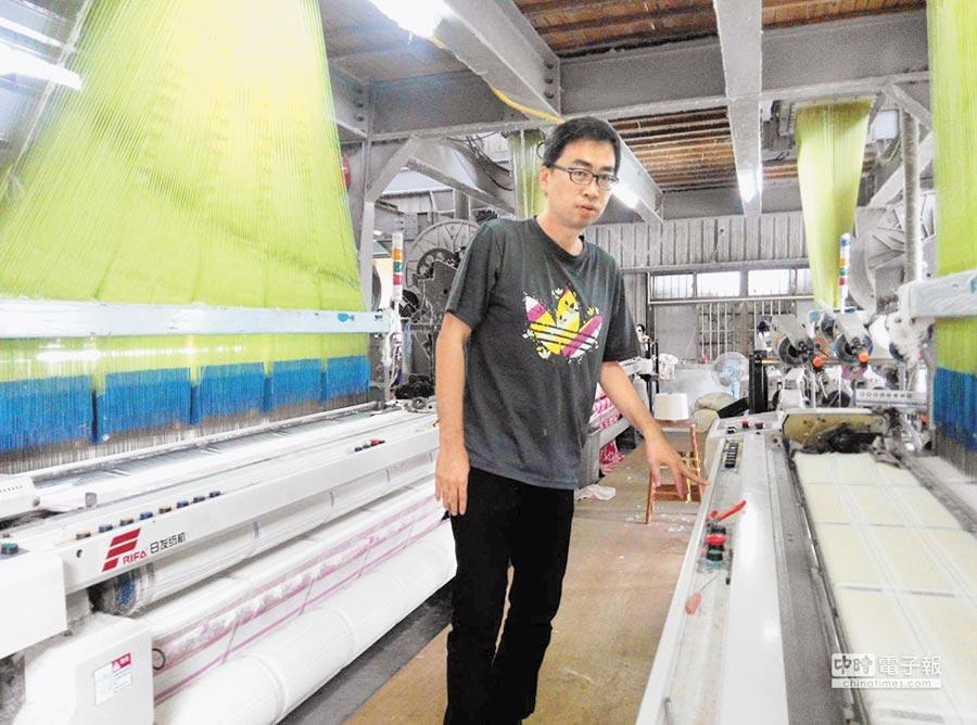 洪源崧是老品牌的彩虹毛巾第二代,為產業提升向銀行貸款更新設備。(許素惠攝)