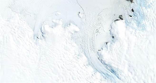從縮時攝影就可發現近幾年南極冰川融化的速度更加快速,而地圖上覆蓋白色的土地面積也在今年迅速減少。(圖/Google提供)