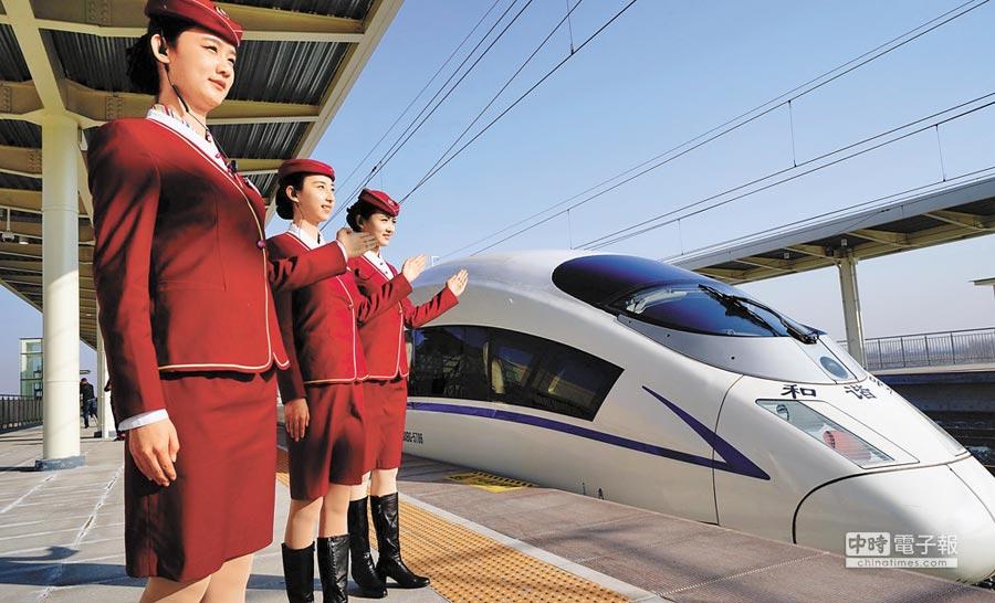 津保鐵路實現京津冀「四縱四橫一環」中的「一橫」。圖為津保鐵路列車停靠勝芳站。(新華社)
