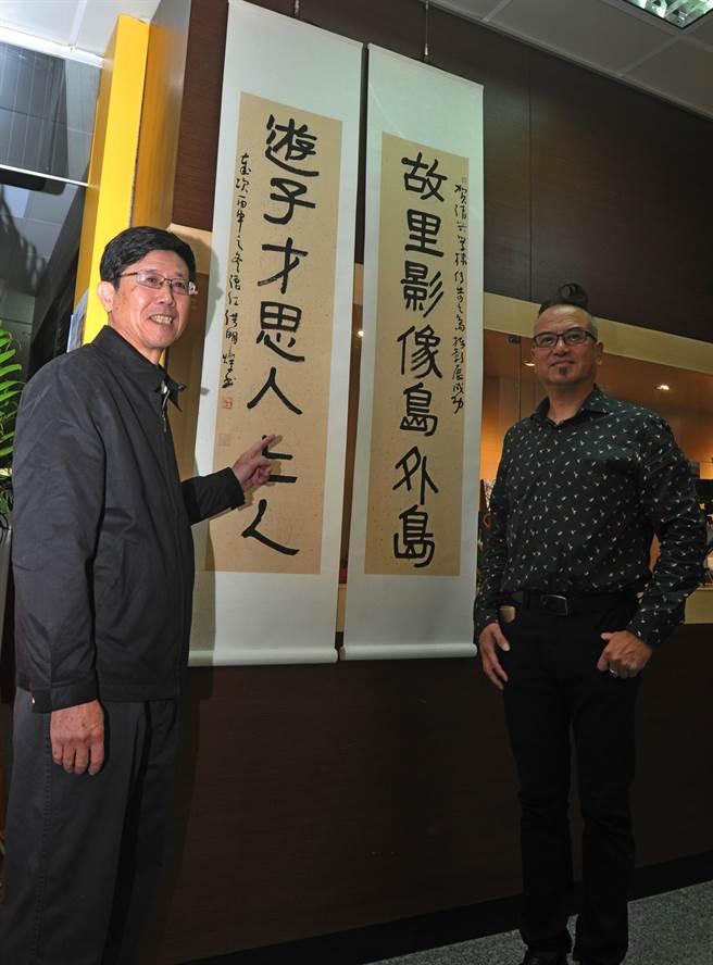 洪明燦老師(左)書寫對聯,替學生陳清興加油打氣。(李金生攝)