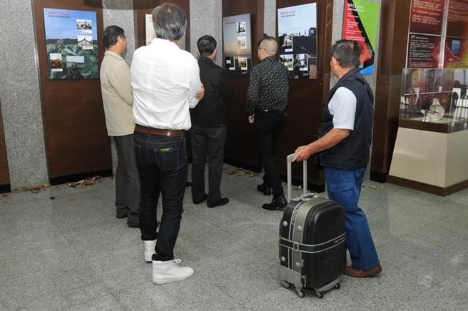 陳清興用即時的手機照片,與路過機場的旅人分享自己的心情故事。(李金生攝)