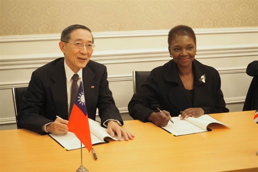 駐英代表林永樂當地時間29日與英國倫敦大學亞非學院簽署「台灣研究計畫」合作瞭解備忘錄,深化台灣研究在歐洲之基礎。(駐英代表處提供)中央社  105年12月1日