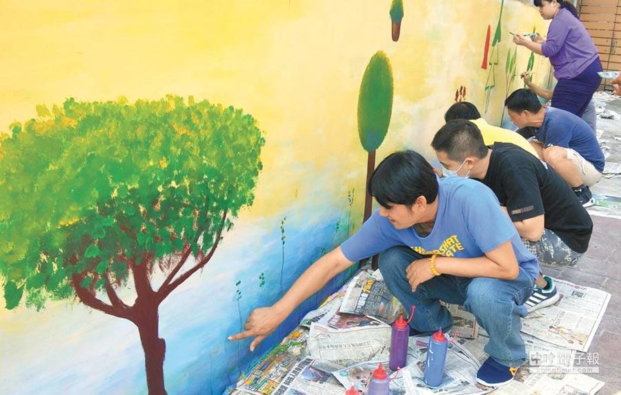 草屯療養院社區復健中心帶領學員,將社區教會的外牆進行彩繪。(楊樹煌攝)