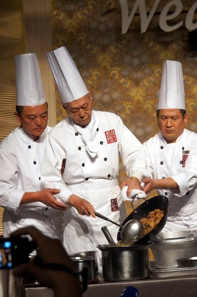 為了新店「彭園會館」開幕,彭長貴前年重出食壇穿上廚師服親自示範「左宗棠雞」作法。(圖/姚舜攝)
