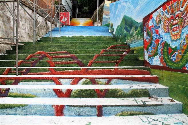 文化局以彩繪圍牆影響古蹟保存為由,依文資法要求福佑宮停工並說明。(譚宇哲攝)