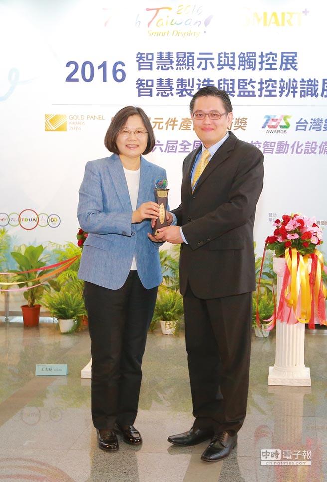 王家俊(右)表示,綠創科技將提供給各行各業不同體驗科技的各式解決方案,以開創更多的可能性。圖/魏益權