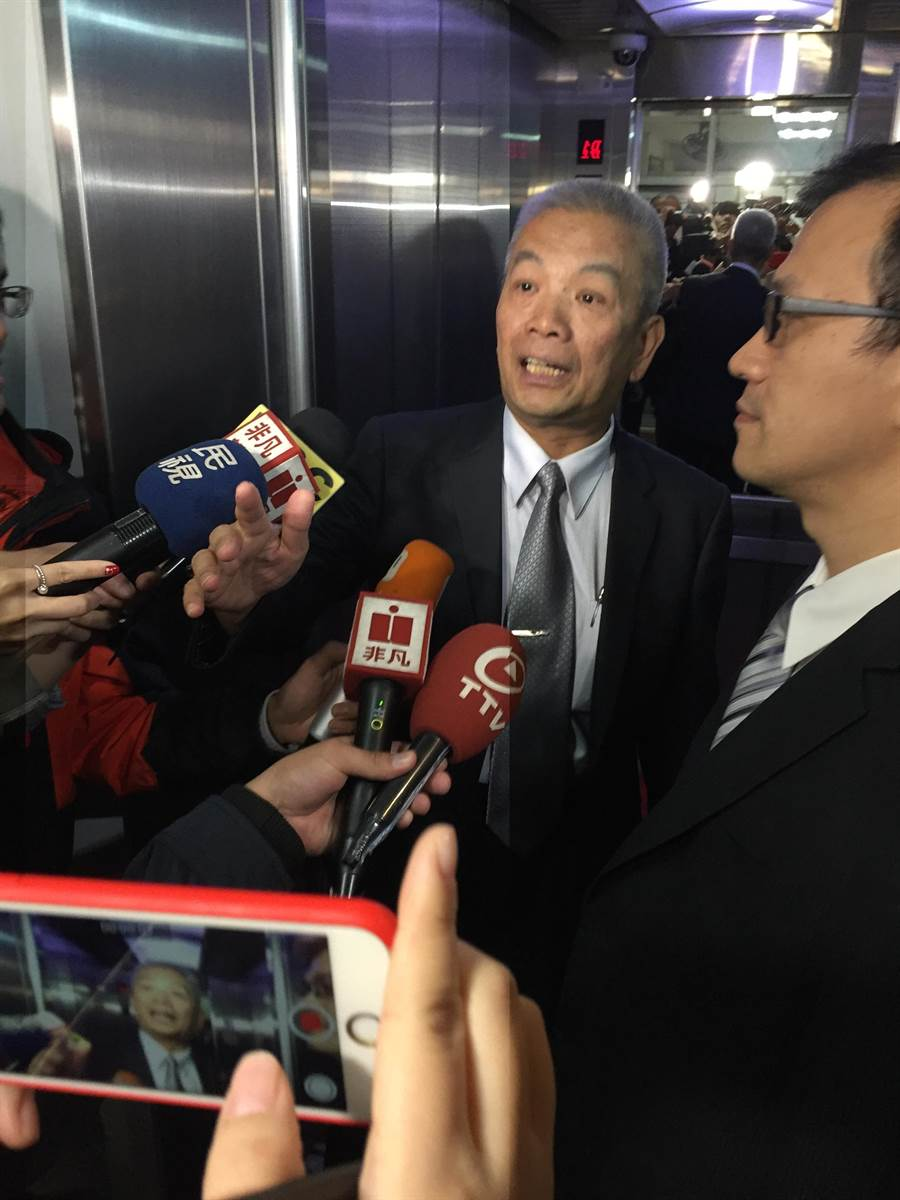 財長許虞哲接受媒體堵訪時表示「有共識,會發新聞稿」。圖/記者王姿琳攝