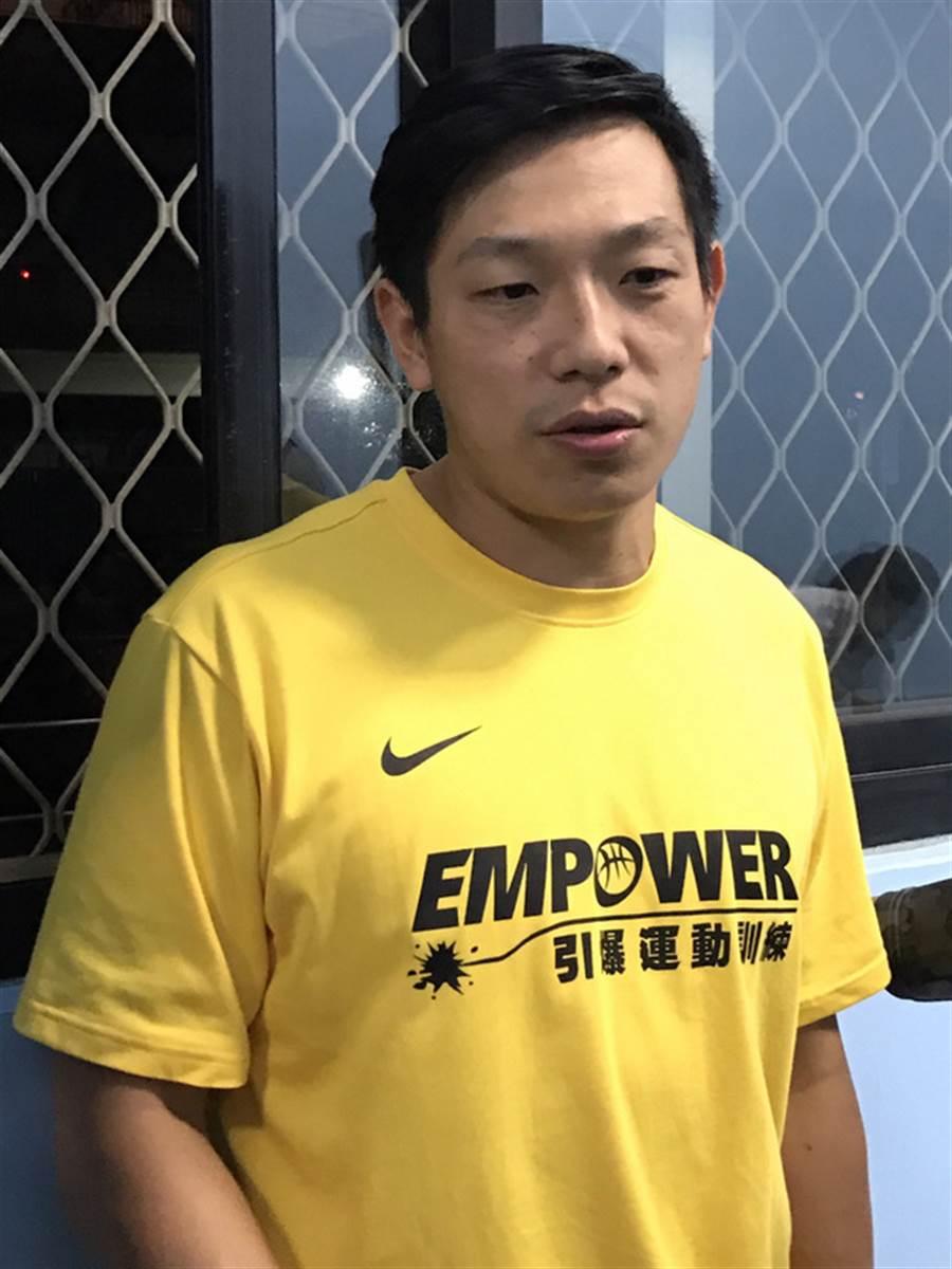 畢業於松山高中的許皓程(圖)今年暑假後回到母校協助教練黃萬隆,在球隊中最重要的角色,是要擔任黃萬隆和選手間溝通的橋樑。中央社記者李晉緯攝  105年12月2日