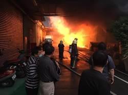 蘆洲鐵皮工廠大火濃煙衝天 全面燃燒