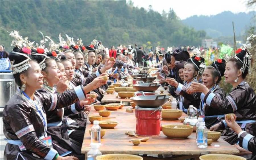侗族侗年萬人長桌宴刷新大陸最長長桌宴全國紀錄。(新華社)