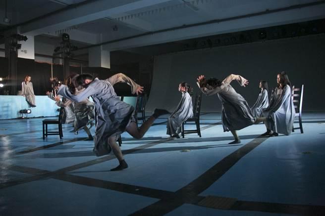 莊國鑫取材異鄉遊子歸鄉心境,推出舞作《038》。圖為舞作裡搭火車的段落。(莊國鑫原住民實驗舞蹈劇場提供)
