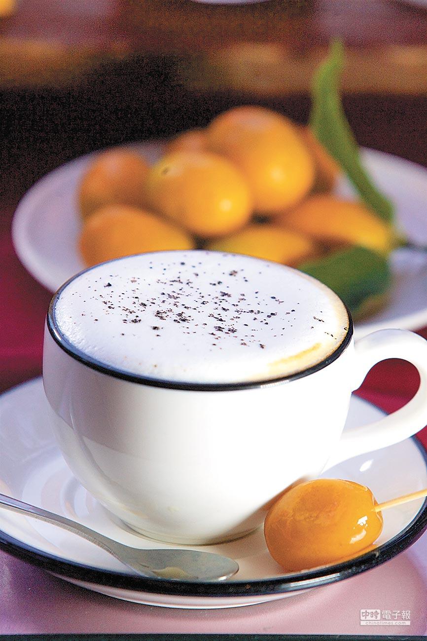 一杯咖啡、一顆蜜金棗,就能讓下午滿滿優閒。(陳志東攝)