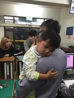 2歲男童逛街走失嚎啕大哭 警員充當保母尋獲家人