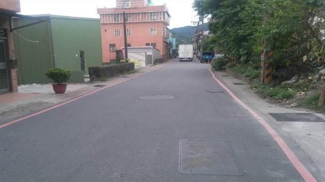 汐止區汐平路連接汐止、平溪兩地的替代道路,卻因為多處路段寬度過窄,加上大型車輛出入頻繁,造成交通堵塞問題。(市府工務局提供)