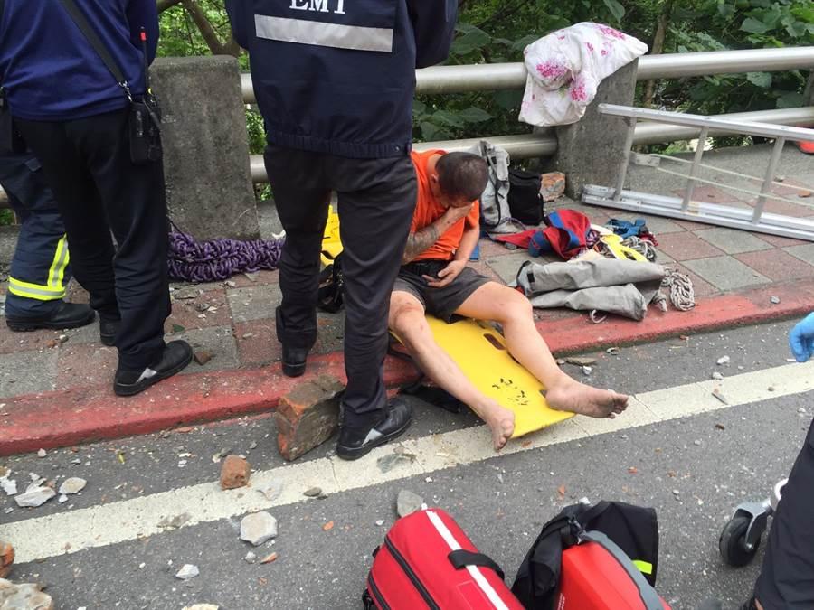 陳姓砂石車駕駛手部骨折送醫救治,警方還在釐清相關肇事責任。(民眾提供)