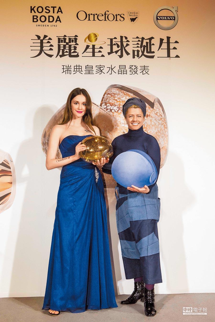 瑞典PLANET新星系列設計師Lena Bergstrom(右)旋風訪台,手捧作品「王子」;其旁模特兒瑞莎則拿著她的另一件作品「金星」。