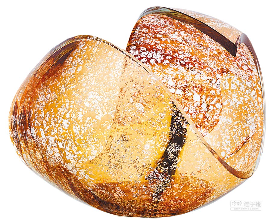 KOSTA BODA新星系列-金星,23公分高,定價22萬6000元,全球限量20件。採水晶玻璃手工吹製成蛋形、經由工匠高超的切割工藝,形塑兼具柔和與立體的空間感。