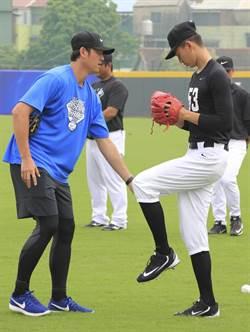 王建民擔任教練 分享變速球投法