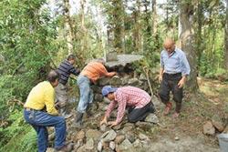 保存歷史遺跡 五指碑坍塌 村民入山修復
