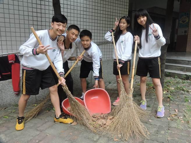 學生每天打掃校園落葉,放置堆肥區。(張妍溱攝)