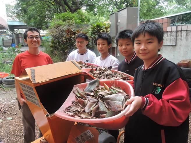 大業國中學生每天集中校園落葉置入綜合碎物機作成堆肥。(張妍溱攝)