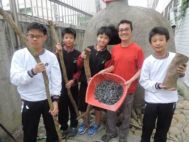 學生將枯枝列入回收垃圾,放入土窯悶燒製作成生物炭。(張妍溱攝)