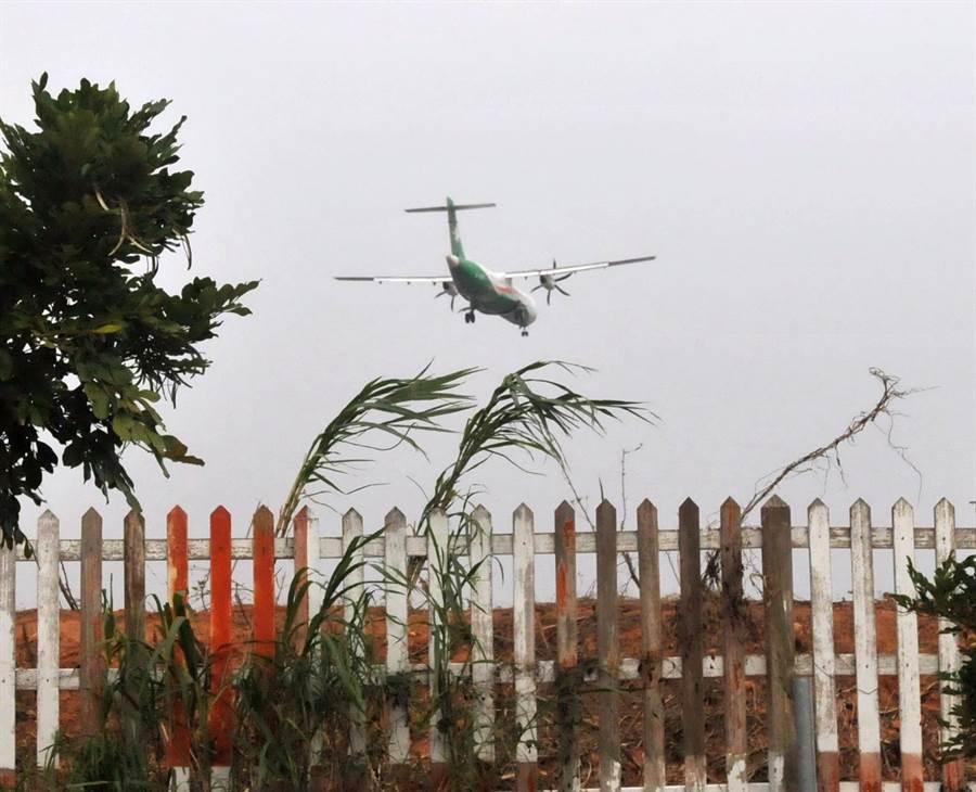 金門機場空側圍籬有4000公尺毀於「莫蘭蒂」颱風,規畫明年初全面修復。(李金生攝)