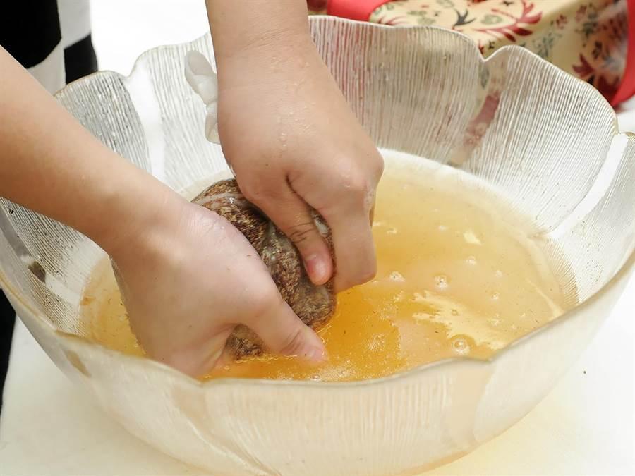 苗改場無意間發現,常搓揉愛玉子的同仁手部滑嫩細白,促成這項研究成果。(農委會提供)