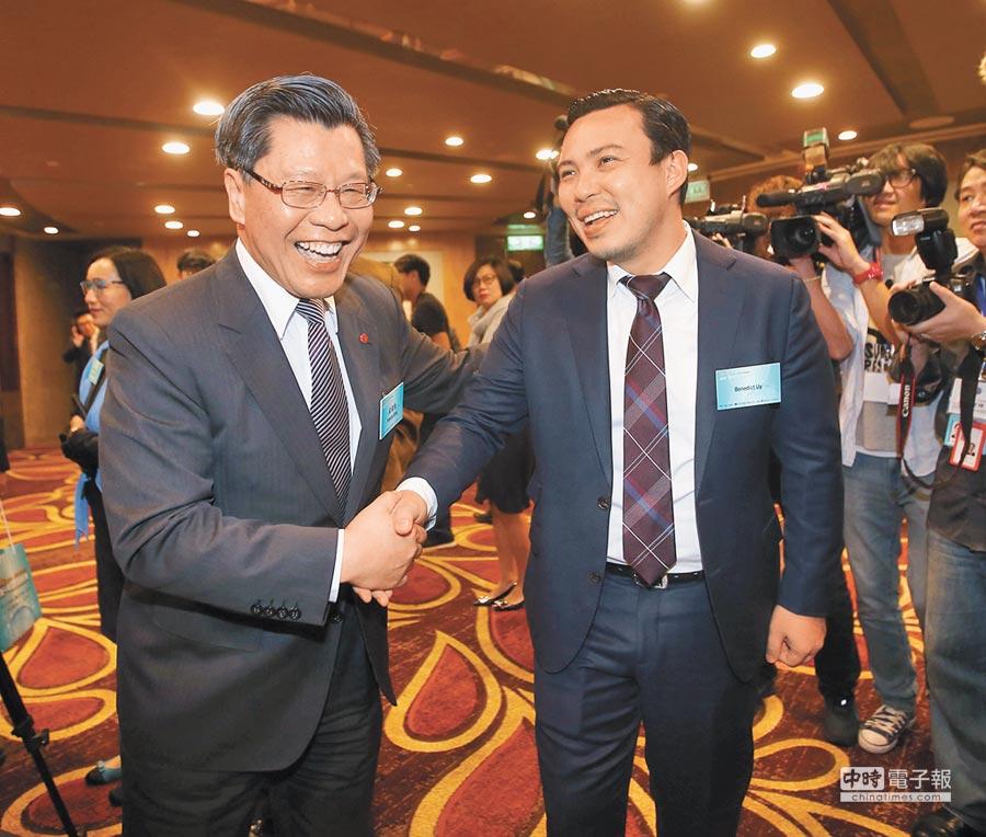 新任駐新加坡代表梁國新(左)。(本報系資料照片)