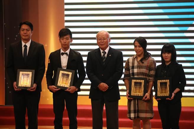 獲頒運動精神獎傑出獎的得主,王建民經紀人張憲銘(左1),代表王建民領獎。(李弘斌攝)