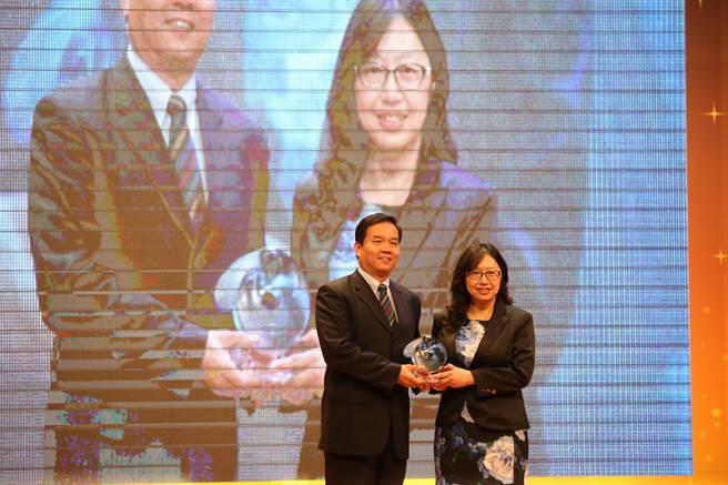 游泳好手卓承齊獲得最佳新秀運動員獎,由卓媽媽(右)代為領獎。(李弘斌攝)