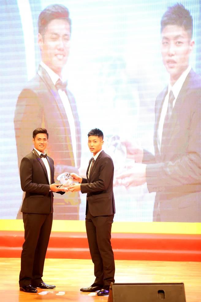 周天成(右)獲得最佳男運動員獎。(李弘斌攝)