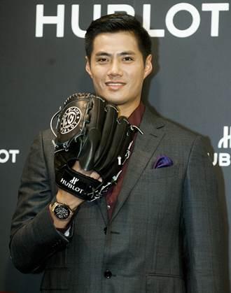 陳偉殷簽名棒球手套 與名錶全球巡回展覽