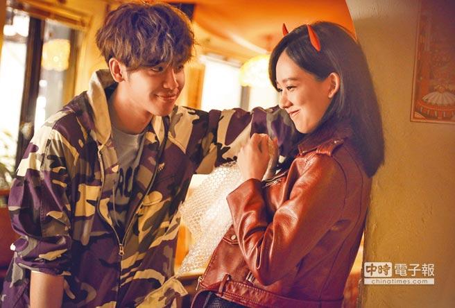鼓鼓(左)壁咚孟耿如,兩人在MV大談戀愛。