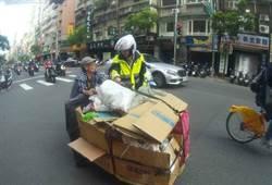熱心警不忍 主動幫老婦推資源回收車