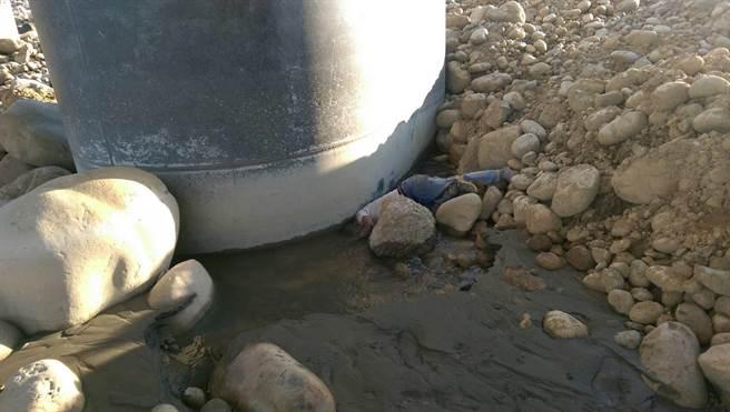 死者66歲賴男倒栽蔥,栽進后豐大橋下墩柱旁水潭中,陳屍處距離住家至少20公里。(王文吉翻攝)