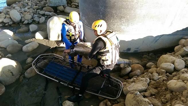 消防隊員救起賴男,已無生命徵象,身體冰冷僵硬,僅右前額有輕微擦傷,初步排除墬橋可能。(王文吉翻攝)