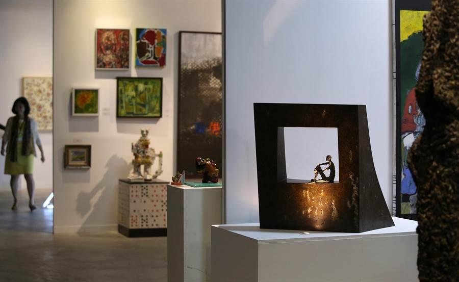 法國藝術家 VAL 瓦兒創作的《Window Ⅲ》(右)等銅雕作品在駁二蓬萊倉庫展出。(王錦河攝)