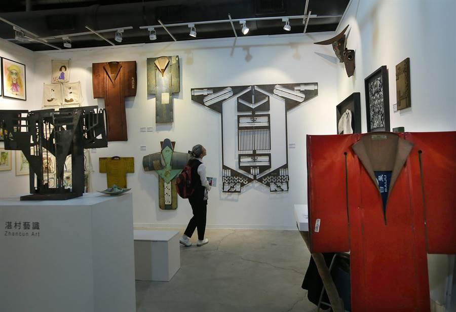 藝術家 Gordon Chandler 以大型鐵油桶創作的《鋼鐵衣著》系列作品,包括滿清官服和日本和服,吸引1位婦女參觀。(王錦河攝)