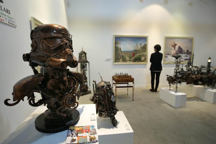 藝術家 Ram Mallari 創作的《Steamtrooper 5》(左)等複合媒材組合作品。(王錦河攝)