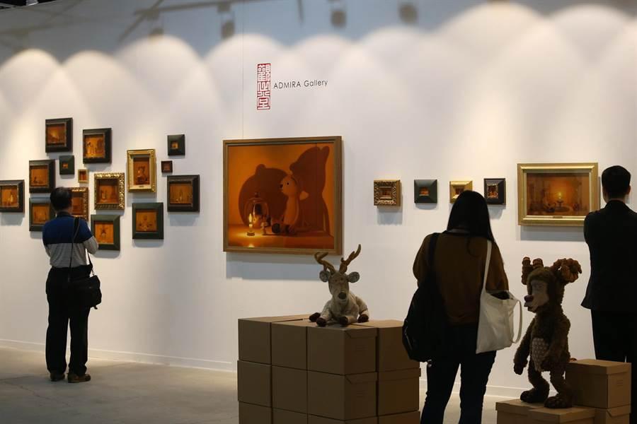 藝術家中村圭吾創作的系列作品,吸引民眾觀看。(王錦河攝)
