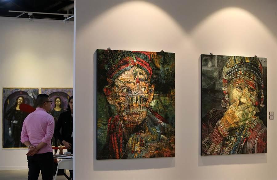 菲律賓藝術家 Jef Cablog 創作的《Soot》(右)、《Haze》(右二)油畫。(王錦河攝)