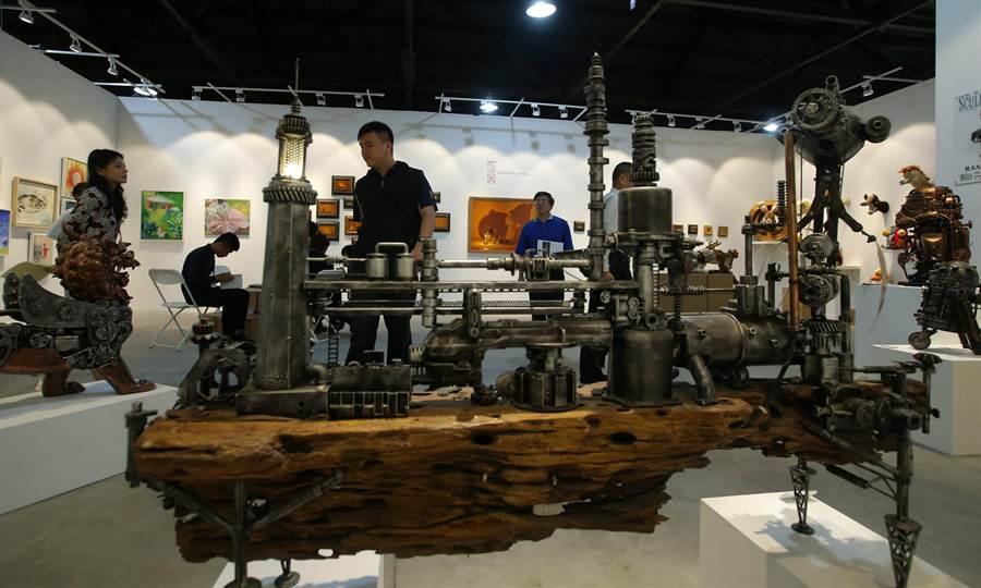 藝術家 Ram Mallari 創作的複合媒材組合作品《Fort Coralles》(中)。(王錦河攝)